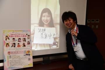 【笑顔の写真募集を呼びかける玉津さん(中央)と上嶋さん(右)=伊勢市役所で】