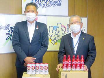 コカ・コーラ商品3千本を無償提供した市川朋弘統括部長(左)。右は大橋良一市長=加須市役所市長室