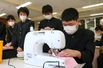 布マスク製作に取り組む生徒=上五島高