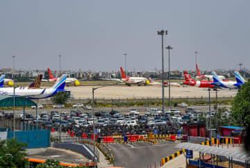 インディラ・ガンディー国際空港の第3ターミナルに駐機する各社の航空機=8日、ニューデリーで(PTI)
