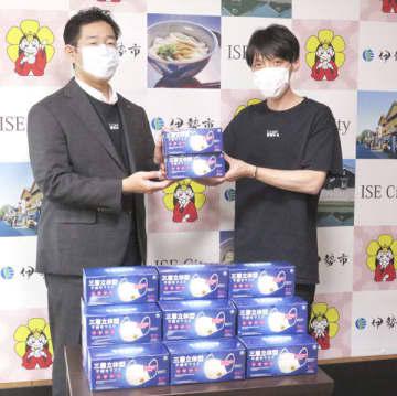 【鈴木市長にマスクを届けた岡山社長(右)=伊勢市役所で】