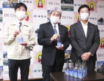 【鈴木市長(右端)に消毒に使える高濃度アルコールを贈った村田社長(中央)ら=伊勢市役所で】