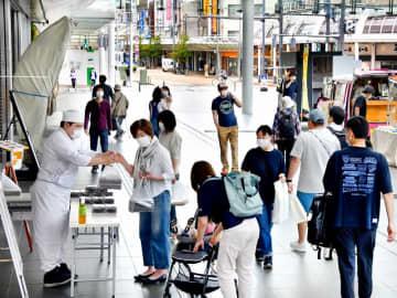 持ち帰り商品を販売する催しが開かれ、家族連れらでにぎわうハピテラス=5月23日正午ごろ、福井県福井市中央1丁目