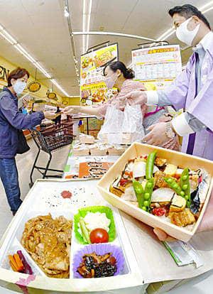 お店の味を楽しめる、限定販売の弁当が並んだ特設売り場=23日午前、福島市・いちい福島西店