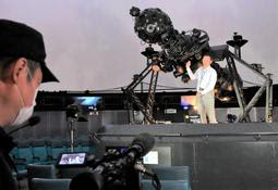 ライブ配信でプラネタリウム投影機を解説する井上毅館長=市立天文科学館