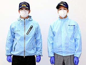 レインスーツを着た相馬地方消防本部の隊員(左)と従来の感染防護衣を着た隊員