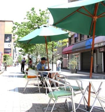 新しい生活様式に対応し、屋外で気持ちよく飲食ができる「オープンエアサカバ」=大分市の府内五番街