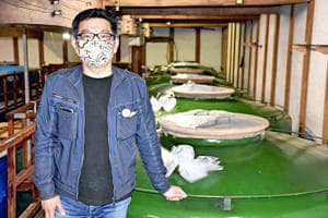 地元スタッフによる初入賞を喜ぶ斎藤社長=檜物屋酒造店