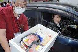 淡路牛などのセットを用意したドライブスルー販売=神戸市西区見津が丘4