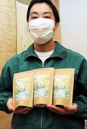「アマビエちゃん」をパッケージに使用した新商品=米子市岩倉町の長田茶店