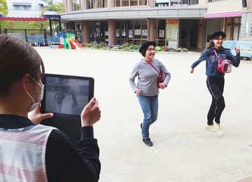 動画を撮影する追手門学院幼稚園の職員ら(同園提供)