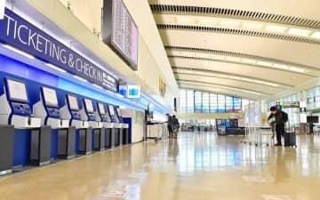県の休業要請全面解除後も旅客が少ないチェックインロビー=23日午前、那覇空港