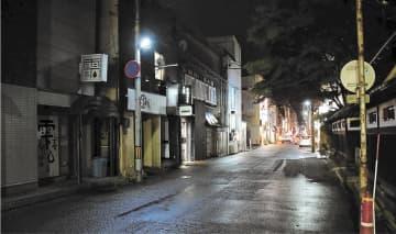 緊急事態宣言解除後も休業や時短営業が続く秋田市の川反=21日午後9時すぎ