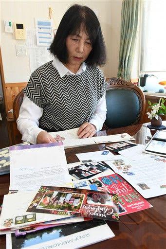 フッドリバー市民からの手紙を読む坂本さん