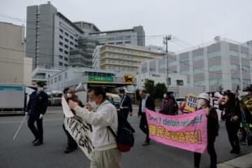東京入管(写真奥の建物)による女性虐待、セクハラへの抗議(撮影:志葉玲)
