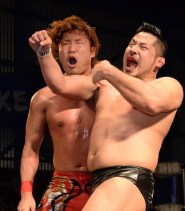 宮原健斗(左)を攻める芦野祥太郎