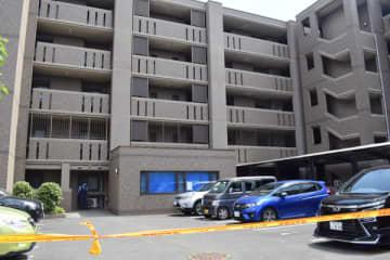 男女2人の遺体が見つかった現場マンション=24日午後1時20分ごろ、富士見市ふじみ野西3丁目