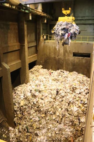 可燃ごみの貯蔵庫。主に家庭ごみで、例年の倍の量がうず高く積み上げられている(大津市伊香立北在地町・市北部クリーンセンター)