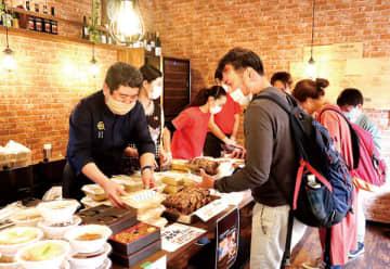 上尾の人気飲食店が自慢のテークアウト料理を出品した「AGETAKE2020」=上尾市東口の「Cfarm」