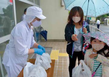 学校で弁当を配布する配膳の職員=宮代町立百間小学校