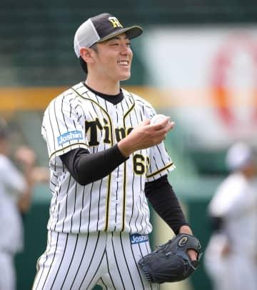 ボールを手に笑顔を見せる小川(阪神タイガース提供)