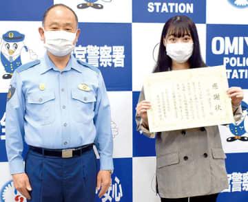 伊古田晴正署長(左)から感謝状を受け取る町田理恵子さん=19日午前、大宮署