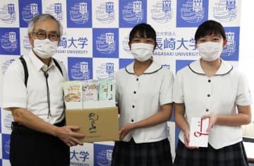 島原農高生からスープ付きそうめんの寄贈を受ける河野学長(左)=長崎大