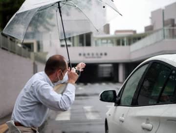 ドライブスルー方式のPCR検査会場で車両誘導する埼玉トヨペットの社員(同社提供)