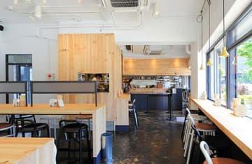 東京都千代田区にある「東京アスリート食堂 神田錦町本店」。2階にはランナーズステーションがあり、皇居周辺を走るランナーが多く利用する