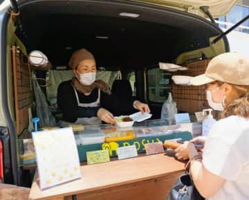 オフィス街に屋台村 キッチンカーの自慢の味が集合 週3回、那覇市のタイムスビル
