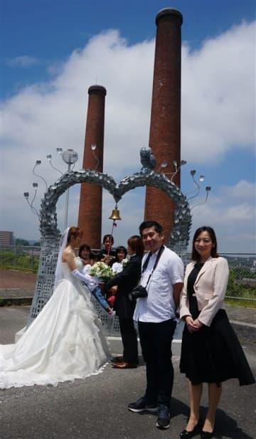 二本煙突前で結婚写真を コロナ禍で挙式できないカップル応援企画