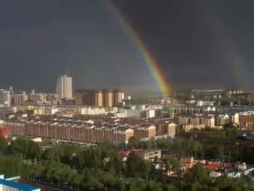雨上がりに二重の虹が出現 中国内モンゴル自治区