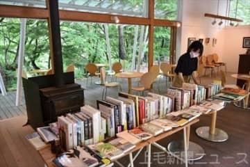 温泉地でゆったり読書を 四万温泉のカフェが書籍を販売