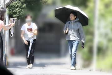 郷ひろみの若パパ日焼け対策 日傘にアームカバーで完全防備