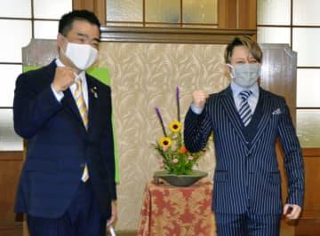 滋賀県庁で「イナズマロックフェス2020」のオンライン開催を三日月大造知事(左)に報告し、写真に納まる西川貴教さん=1日