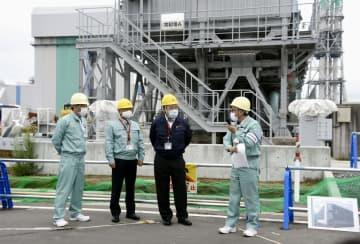 日本原燃の使用済み核燃料再処理工場を視察する梶山経産相(中央右)=1日午後、青森県六ケ所村