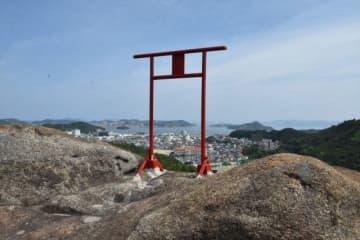宇野港を見下ろす巨岩の上に立つ鳥居