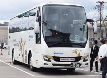 西日本鉄道が夜行高速バス「はかた号」に導入した新型車両=1日、福岡市