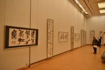 多彩な書体で表現を追求した作品が並ぶ「宮崎の書展」