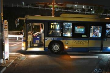 8月に移転工事に着手することが分かった「長導寺前」バス停=横浜市神奈川区