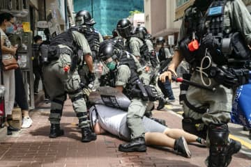 国安法の施行翌日、警察に押さえ込まれ、拘束される男性=1日、香港(ゲッティ=共同)