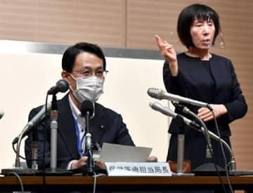 広島県内で約2カ月ぶりに確認された新型コロナウイルスの感染者について説明する広島市の阪谷保健医療担当局長(左)=広島市役所