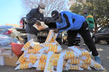 在南ア中国大使館、貧困地区に食料品を寄贈