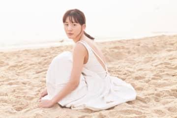 綾瀬はるか、ビーチで魅せる美ショット!