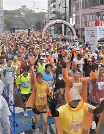 今年の熊本城マラソン。実行委は新型コロナウイルス感染症対策の徹底が難しいと判断し、来年2月の大会中止を決めた=2月16日、熊本市中央区(後藤仁孝)