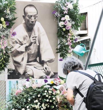 横浜橋通商店街 歌丸さんを偲ぶ 命日に合わせ献花台