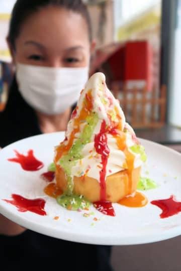 観光大使「キララちゃん」イメージのデザート完成 バウムクーヘンにソフトクリーム、3種類のソース