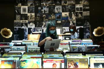 Record buyers get back in vinyl groove