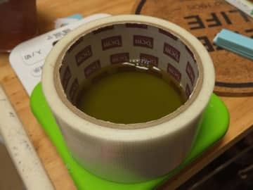 なぜ養生テープが... 寝ぼけた頭でお茶を飲もうとしたら、まさかの光景が生まれてしまった