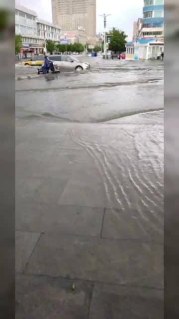 内モンゴル自治区シリンホト市、豪雨で複数の道路冠水 画像